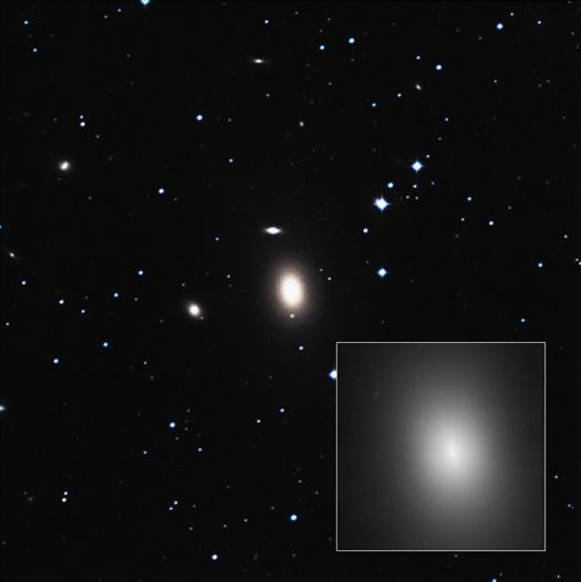 200 milyon ışık yılı uzaklıktaki NGC 1600 gökadasının merkezinde 17 milyar Güneş kütlesinde süper kütleli karadelik yer alıyor. Bu da onu şu an için bilinen en büyük süper kütleli karadelik yapıyor (NASA, ESA, Digital Sky Survey).